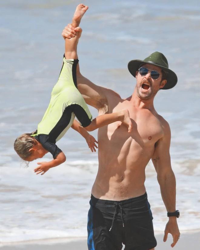 Thái cực đối lập của 2 thánh cơ bắp Hollywood khi chăm con: The Rock hóa bánh bèo, Thor lại cục súc dốc ngược cả con - ảnh 11