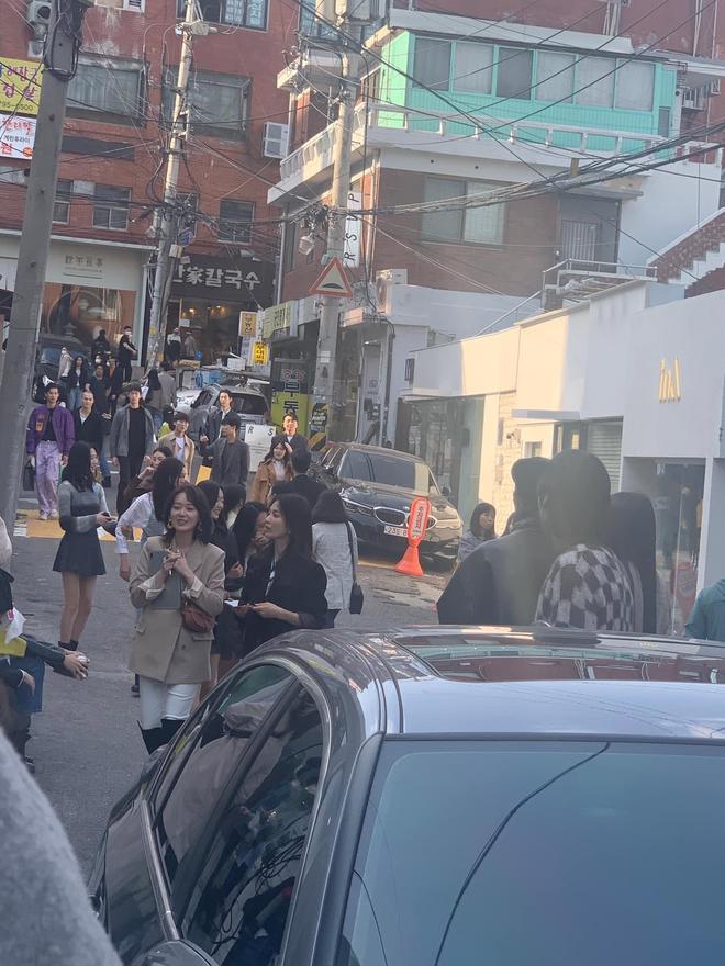 """Song Hye Kyo lại khiến antifan phải """"á khẩu"""" khi mẫu túi cô đeo vừa đeo lại cháy hàng trong 1 nốt nhạc - Ảnh 2."""