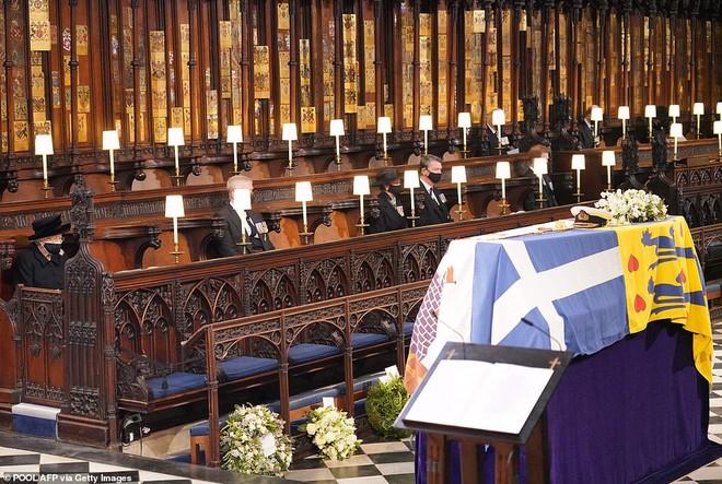 Hé lộ chi tiết ngọt ngào trong bức thư Nữ hoàng tự tay viết đặt trên linh cữu Hoàng thân Philip cùng kỷ vật đặc biệt bà giữ trong túi suốt tang lễ - ảnh 2