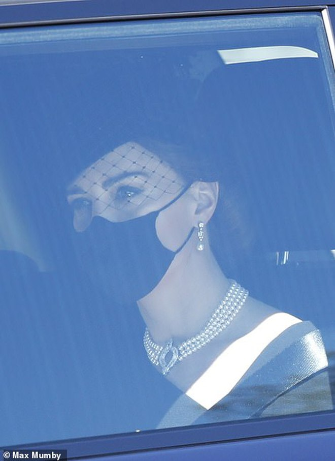 Ý nghĩa đầy tinh tế của chiếc vòng cổ ngọc trai Công nương Kate đeo trong tang lễ của Hoàng tế Philip - ảnh 4