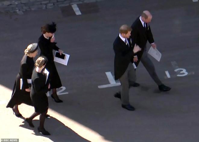 Rò rỉ thông tin Hoàng tử William yêu cầu anh họ đi giữa mình và em trai Harry, không có dấu hiệu tích cực cho mối quan hệ của 2 anh em? - ảnh 3
