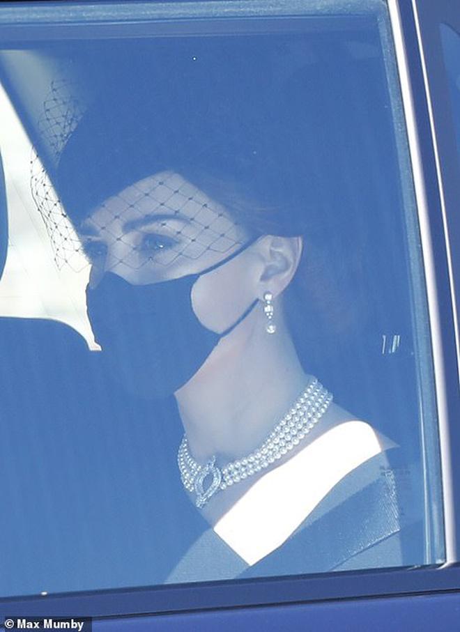 Ý nghĩa đầy tinh tế của chiếc vòng cổ ngọc trai Công nương Kate đeo trong tang lễ của Hoàng tế Philip - ảnh 3