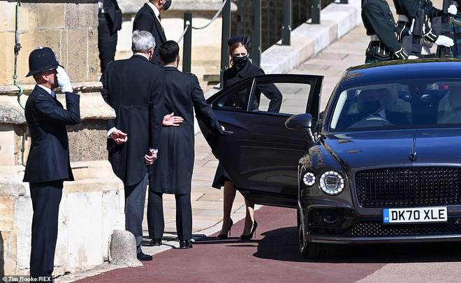 Khoảnh khắc vợ chồng Công chúa Beatrice nở nụ cười khi đến dự đám tang Hoàng tế Philip gây chú ý, hành động sau đó xua đi tất cả ngờ vực - ảnh 4