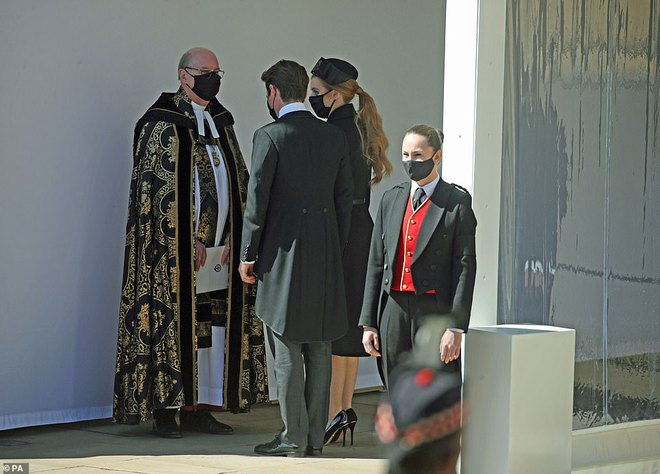 Khoảnh khắc vợ chồng Công chúa Beatrice nở nụ cười khi đến dự đám tang Hoàng tế Philip gây chú ý, hành động sau đó xua đi tất cả ngờ vực - ảnh 5