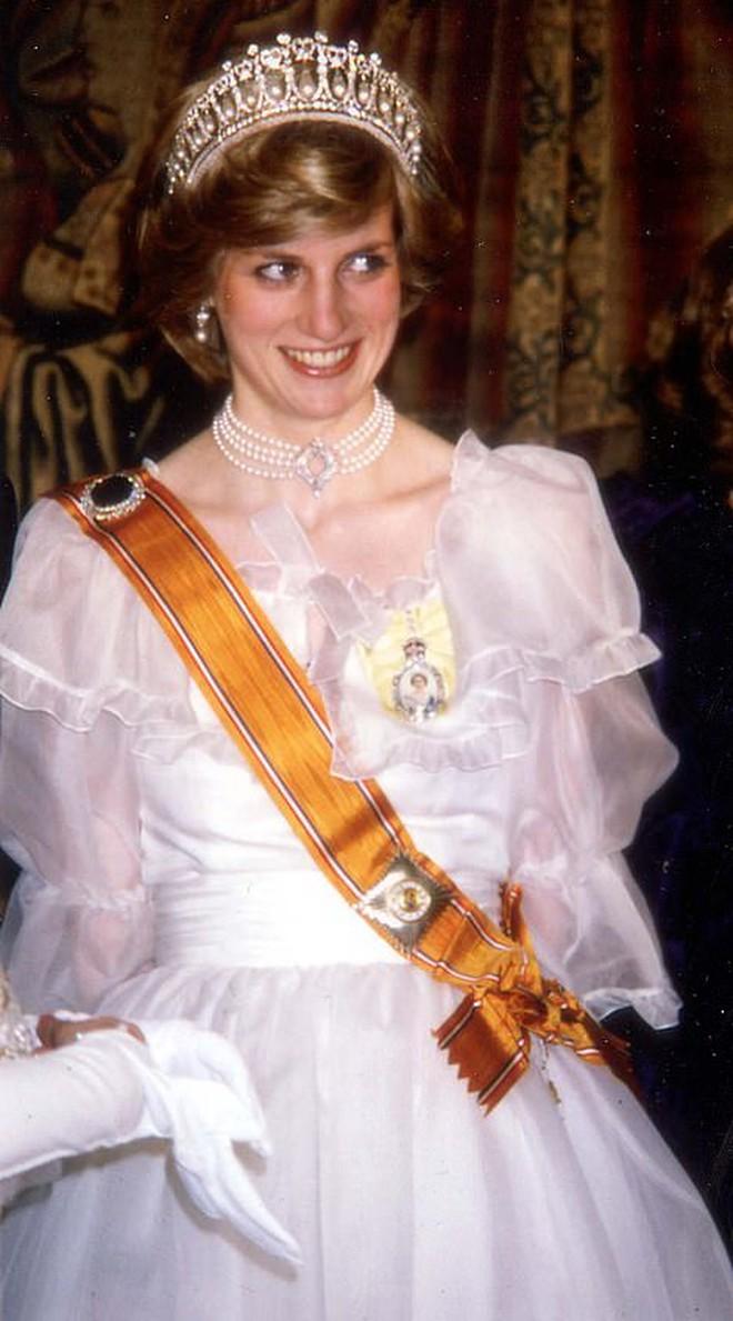 Ý nghĩa đầy tinh tế của chiếc vòng cổ ngọc trai Công nương Kate đeo trong tang lễ của Hoàng tế Philip - ảnh 6