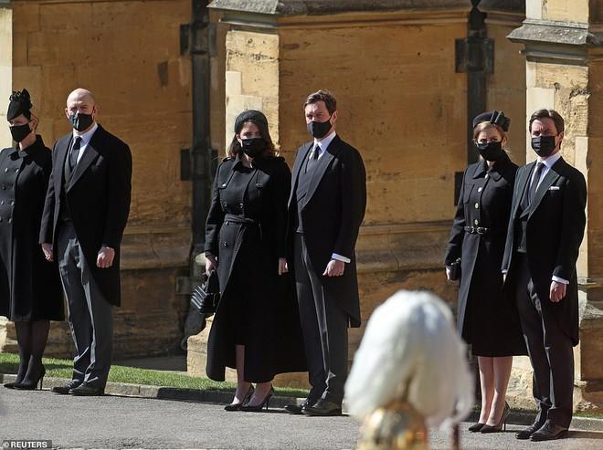 Khoảnh khắc vợ chồng Công chúa Beatrice nở nụ cười khi đến dự đám tang Hoàng tế Philip gây chú ý, hành động sau đó xua đi tất cả ngờ vực - ảnh 6