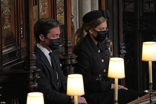 Khoảnh khắc vợ chồng Công chúa Beatrice nở nụ cười khi đến dự đám tang Hoàng tế Philip gây chú ý, hành động sau đó xua đi tất cả ngờ vực - ảnh 7