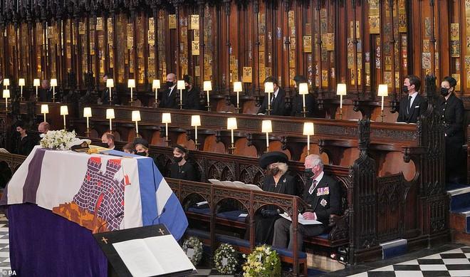 Khoảnh khắc vợ chồng Công chúa Beatrice nở nụ cười khi đến dự đám tang Hoàng tế Philip gây chú ý, hành động sau đó xua đi tất cả ngờ vực - ảnh 8