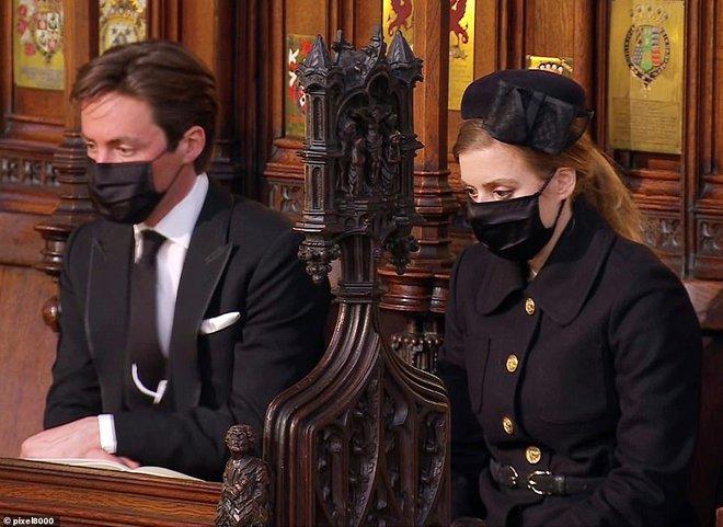 Khoảnh khắc vợ chồng Công chúa Beatrice nở nụ cười khi đến dự đám tang Hoàng tế Philip gây chú ý, hành động sau đó xua đi tất cả ngờ vực - ảnh 9