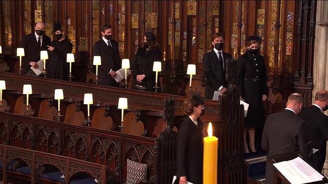 Khoảnh khắc vợ chồng Công chúa Beatrice nở nụ cười khi đến dự đám tang Hoàng tế Philip gây chú ý, hành động sau đó xua đi tất cả ngờ vực - ảnh 10