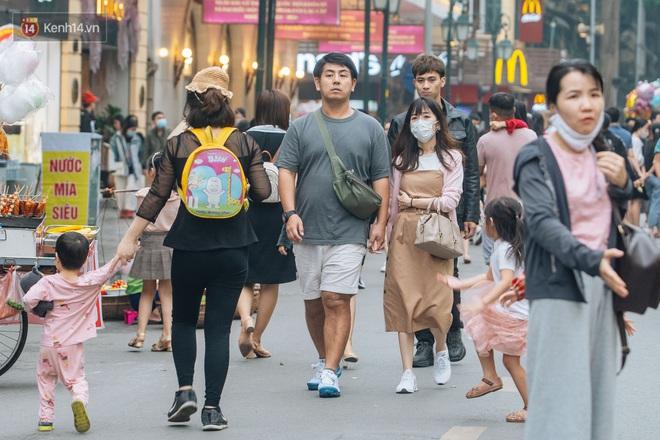 Ảnh: Cuối tuần đẹp trời, phố đi bộ hồ Gươm đông nghẹt người dạo bộ - ảnh 4