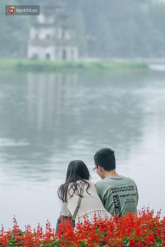 Ảnh: Cuối tuần đẹp trời, phố đi bộ hồ Gươm đông nghẹt người dạo bộ - ảnh 14