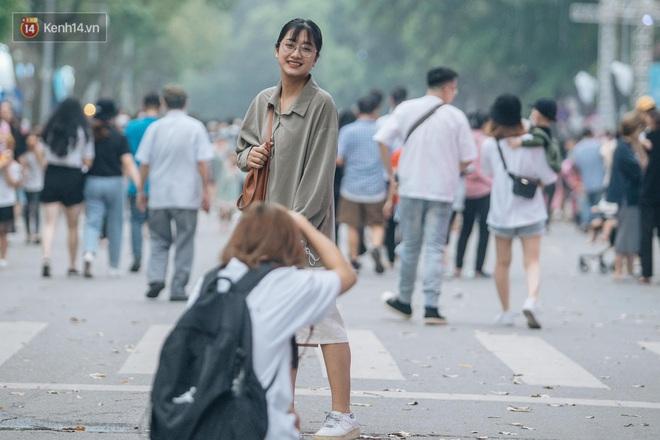 Ảnh: Cuối tuần đẹp trời, phố đi bộ hồ Gươm đông nghẹt người dạo bộ - ảnh 18