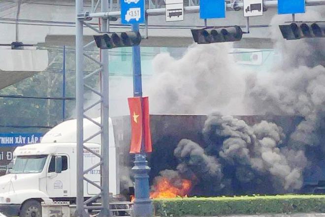 TP.HCM: Xe container cháy kinh hoàng, Xa lộ Hà Nội ùn tắc hơn 3km - Ảnh 2.
