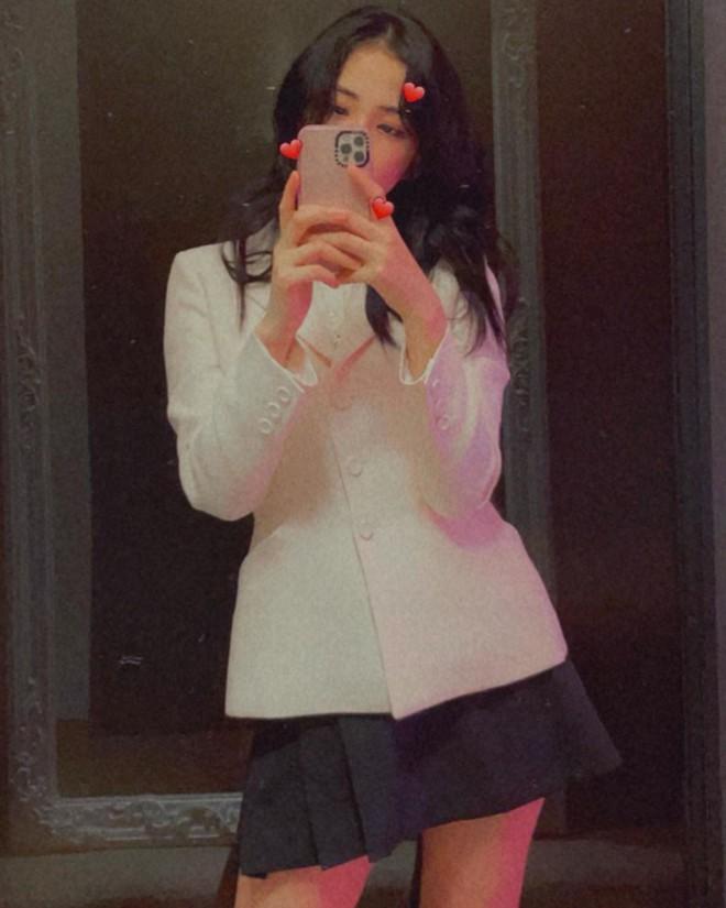 """Jisoo đụng áo Dior với 2 mỹ nhân Việt: Khánh Linh kiêu sa, Châu Bùi quằn quại"""" hơn nhưng liệu có lép vế? - ảnh 1"""