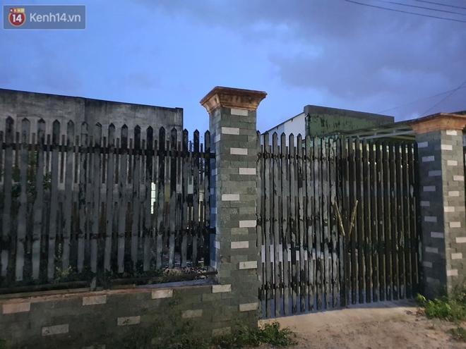 Ngôi nhà của kẻ sát hại, hiếp dâm bé gái 5 tuổi đóng kín cửa, không có người ra vào: Ổng như vậy tội cho đứa con đang đi học - ảnh 2