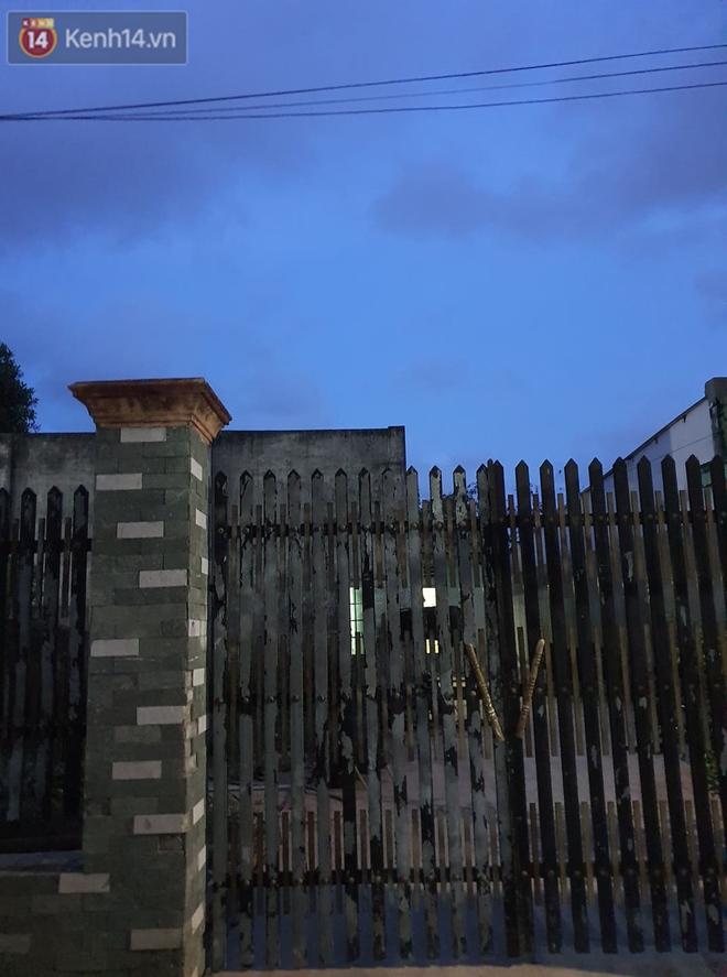 Ngôi nhà của kẻ sát hại, hiếp dâm bé gái 5 tuổi đóng kín cửa, không có người ra vào: Ổng như vậy tội cho đứa con đang đi học - ảnh 3