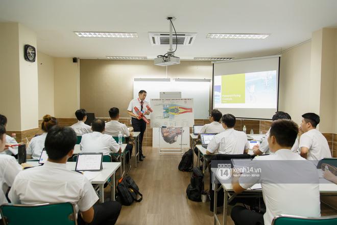 Khám phá trường dạy phi công học phí 1,8 tỷ: Toàn trai xinh gái đẹp, học và thi gấp 3 lần ngành khác nhưng lương bằng 14 lần nhân viên văn phòng - Ảnh 3.