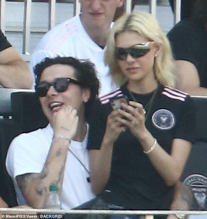 Nhà Beckham và thông gia tỷ phú hẹn hò: Brooklyn để bàn tay hư ôm hôn thê, át cả mẹ con Harper - Victoria và bố mẹ vợ - ảnh 6