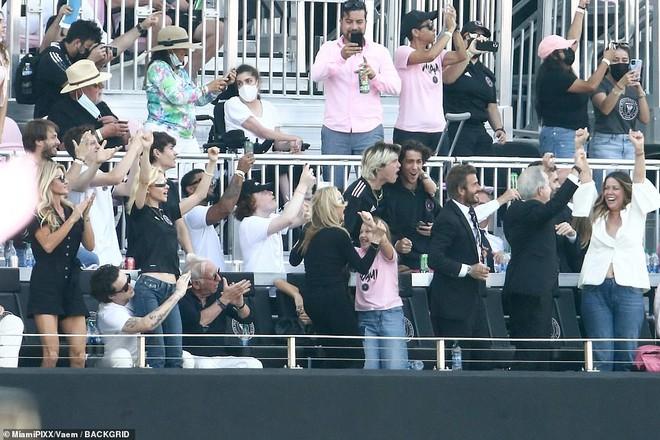 Nhà Beckham và thông gia tỷ phú hẹn hò: Brooklyn để bàn tay hư ôm hôn thê, át cả mẹ con Harper - Victoria và bố mẹ vợ - ảnh 7