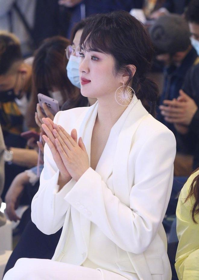 Ảnh chưa PTS của công chúa Huawei vọt lên top 1 Weibo: Gương mặt đơ cứng đến mức bị chê như... Dương Tử tiêm silicon - ảnh 7