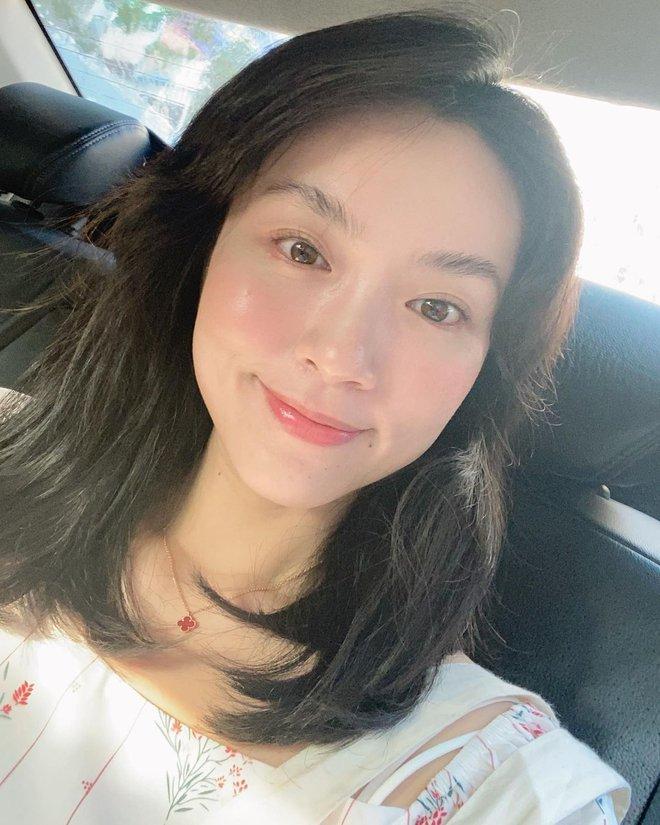 Bản sao Hà Tăng bật mí: Muốn makeup da đẹp bóng bẩy, căng sáng như gương thì cứ phải dùng lọ kem nền này - ảnh 1