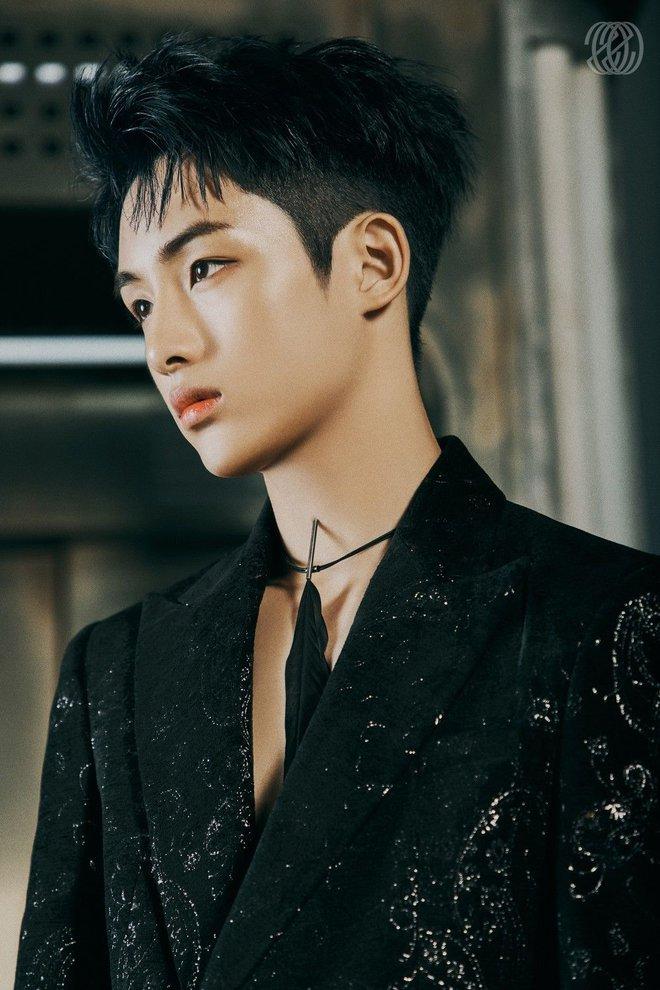 Nam idol vốn bị đối xử bất công giờ còn phải quỳ gối trong bộ goods mới, SM bị chỉ trích vì thiếu tôn trọng thành viên Trung Quốc - ảnh 3