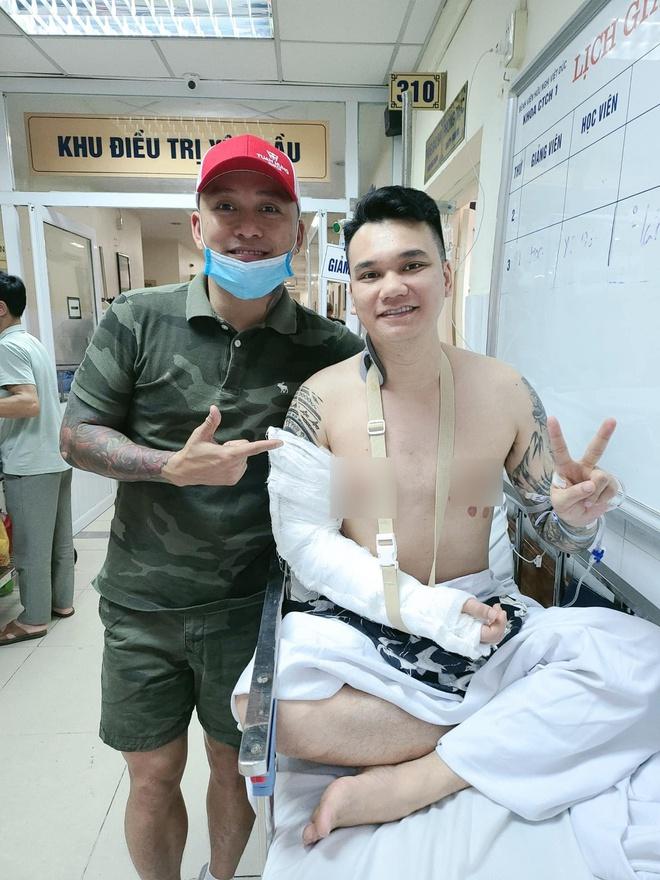 Tuấn Hưng tiết lộ tình trạng sức khoẻ của Khắc Việt, thông báo 1 điều thay đổi của nam ca sĩ hậu phẫu thuật vì tai nạn gãy xương - ảnh 1