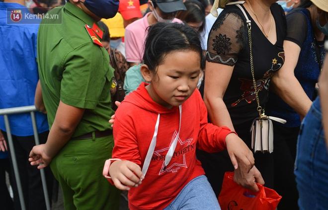 Ảnh: Trẻ em khóc thét, người nhà dùng hết sức đưa con thoát cảnh vạn người chen chúc tại Đền Hùng - ảnh 8