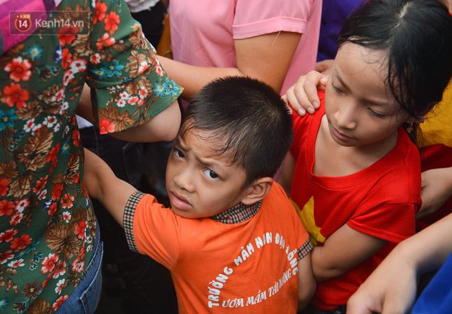 Ảnh: Trẻ em khóc thét, người nhà dùng hết sức đưa con thoát cảnh vạn người chen chúc tại Đền Hùng - ảnh 15