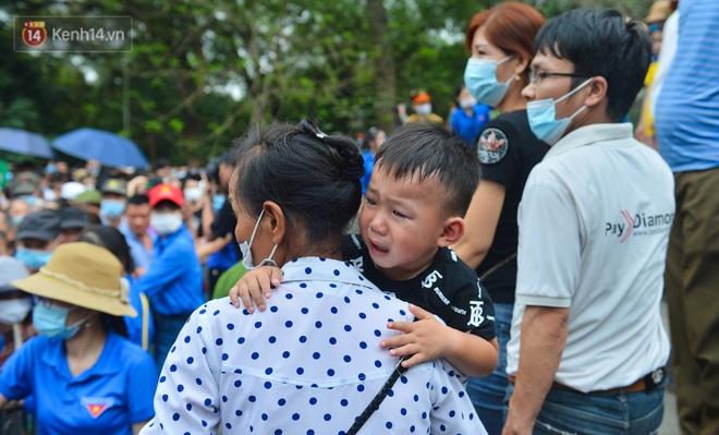 Ảnh: Trẻ em khóc thét, người nhà dùng hết sức đưa con thoát cảnh vạn người chen chúc tại Đền Hùng - ảnh 20