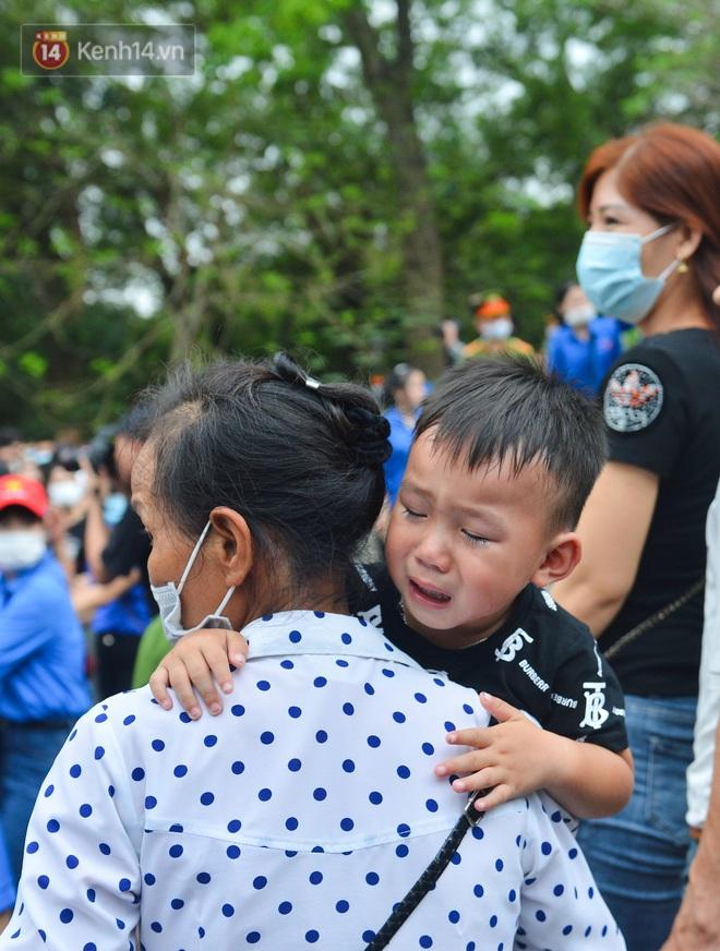 Ảnh: Trẻ em khóc thét, người nhà dùng hết sức đưa con thoát cảnh vạn người chen chúc tại Đền Hùng - ảnh 19