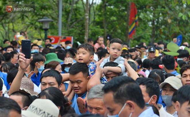 Ảnh: Trẻ em khóc thét, người nhà dùng hết sức đưa con thoát cảnh vạn người chen chúc tại Đền Hùng - ảnh 11