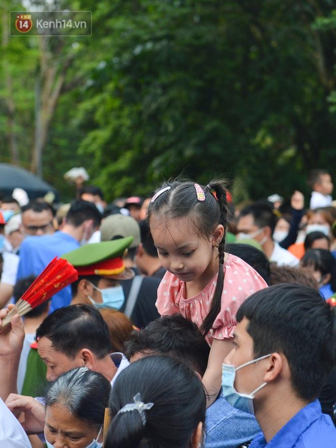 Ảnh: Trẻ em khóc thét, người nhà dùng hết sức đưa con thoát cảnh vạn người chen chúc tại Đền Hùng - ảnh 5