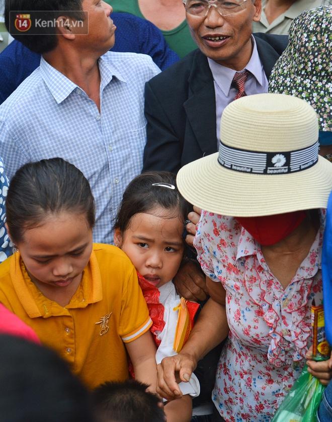 Ảnh: Trẻ em khóc thét, người nhà dùng hết sức đưa con thoát cảnh vạn người chen chúc tại Đền Hùng - ảnh 9