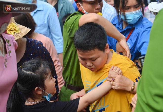 Ảnh: Trẻ em khóc thét, người nhà dùng hết sức đưa con thoát cảnh vạn người chen chúc tại Đền Hùng - ảnh 17
