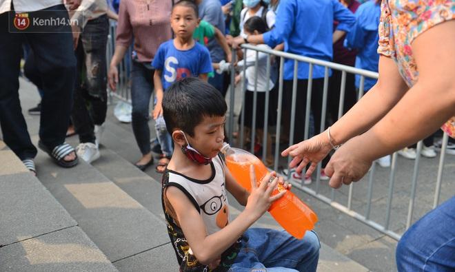 Ảnh: Trẻ em khóc thét, người nhà dùng hết sức đưa con thoát cảnh vạn người chen chúc tại Đền Hùng - ảnh 21