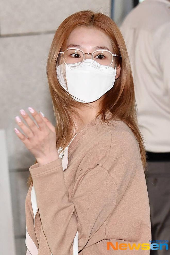 4 nàng visual của Twice nổi bần bật khi diện toàn đồ hiệu xịn, nhưng đôi dép lông bô nhếch mới chiếm spotlight - ảnh 1