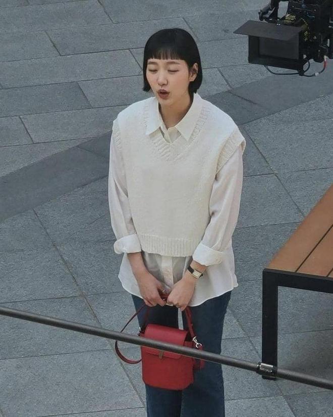 Lộ hình ảnh Kim Go Eun để mái ngố quê một cục, bám đuôi soái ca đầu bết tông lào ở phim mới - ảnh 2