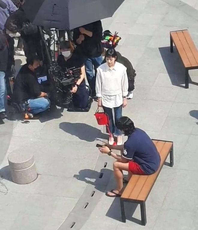 Lộ hình ảnh Kim Go Eun để mái ngố quê một cục, bám đuôi soái ca đầu bết tông lào ở phim mới - ảnh 3