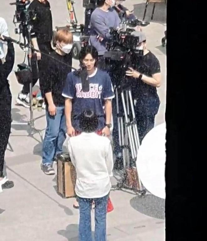 Lộ hình ảnh Kim Go Eun để mái ngố quê một cục, bám đuôi soái ca đầu bết tông lào ở phim mới - ảnh 6