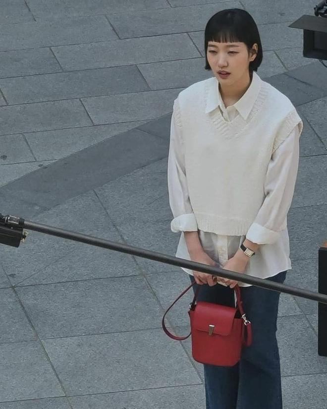 Lộ hình ảnh Kim Go Eun để mái ngố quê một cục, bám đuôi soái ca đầu bết tông lào ở phim mới - ảnh 8