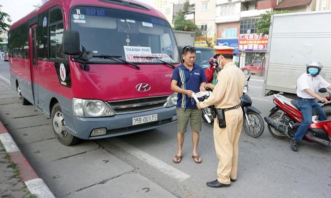 Xử phạt nhiều xe khách dừng đỗ đón khách tại nơi có biển cấm - ảnh 1