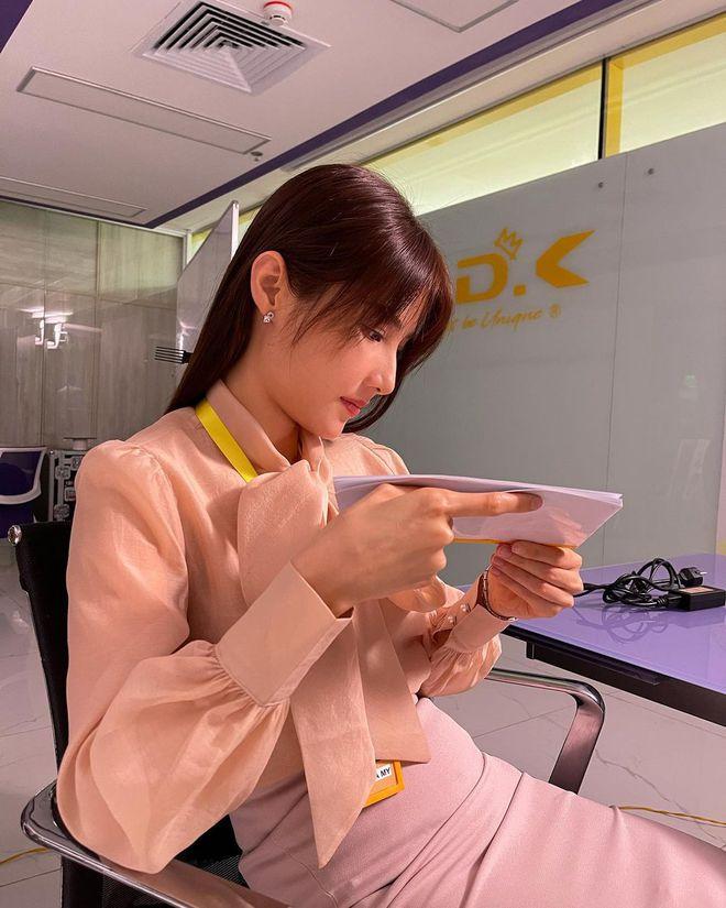 Hết Minh Hằng rồi đến Diễm My 9x khoe style công sở chuẩn sành điệu và thanh lịch trong phim mới - ảnh 4