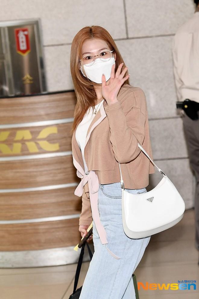 4 nàng visual của Twice nổi bần bật khi diện toàn đồ hiệu xịn, nhưng đôi dép lông bô nhếch mới chiếm spotlight - ảnh 5