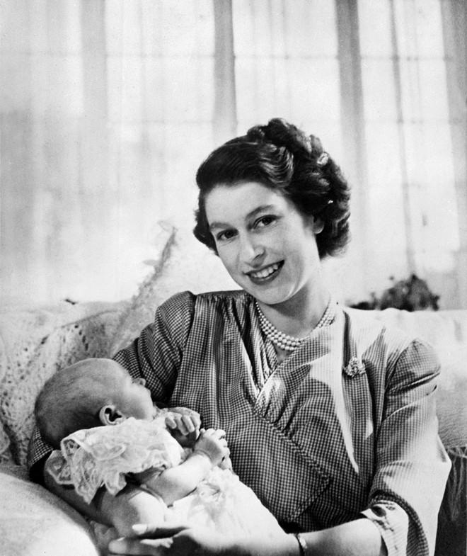 4 món quà chất đầy tâm tư mà Hoàng thân Philip tặng cho Nữ hoàng Anh, trở thành kỷ vật đi cùng bà suốt những năm tháng đẹp nhất đời - ảnh 1