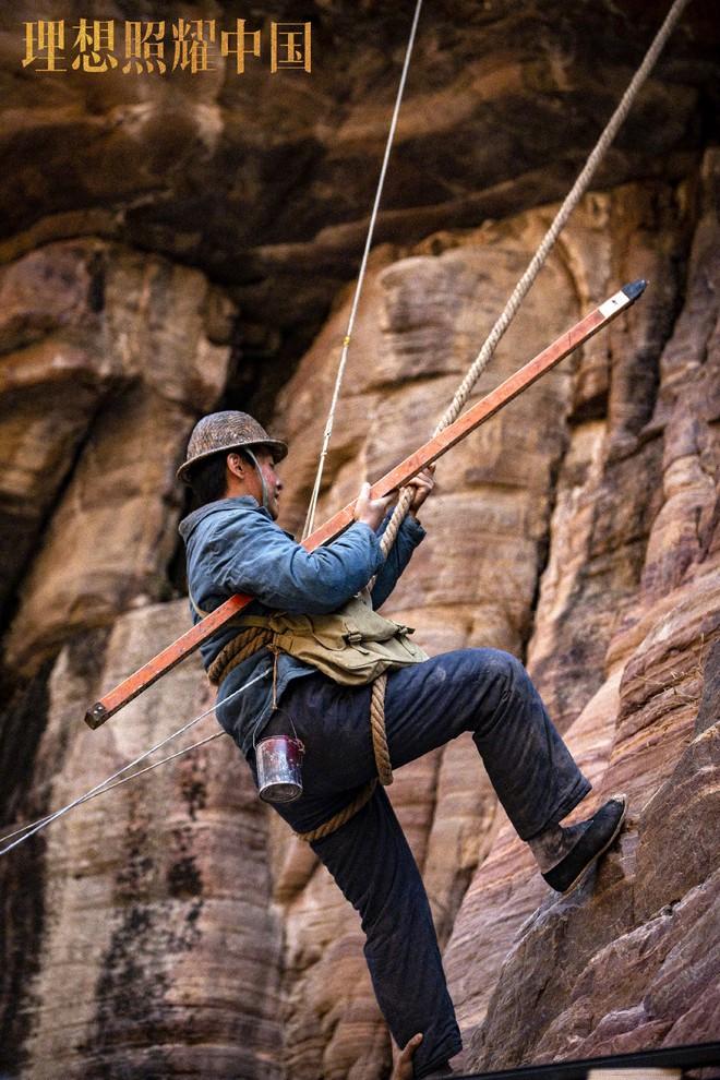 Đặng Luân giấu fan quay cảnh leo núi cực nguy hiểm, một thân lơ lửng giữa độ cao 80 mét! - ảnh 5