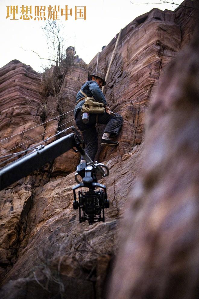 Đặng Luân giấu fan quay cảnh leo núi cực nguy hiểm, một thân lơ lửng giữa độ cao 80 mét! - ảnh 6