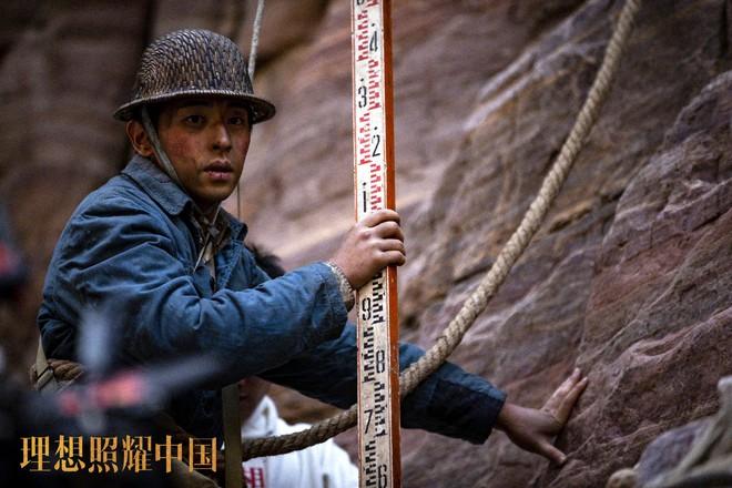 Đặng Luân giấu fan quay cảnh leo núi cực nguy hiểm, một thân lơ lửng giữa độ cao 80 mét! - ảnh 3