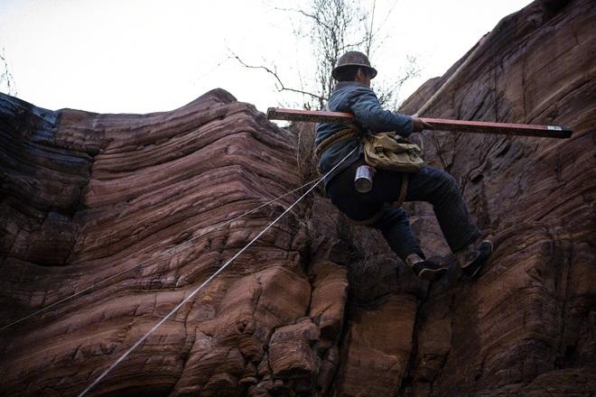 Đặng Luân giấu fan quay cảnh leo núi cực nguy hiểm, một thân lơ lửng giữa độ cao 80 mét! - ảnh 8